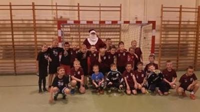 Wizyta świętego Mikołaja u najmłodszych piłkarzy Wierzycy.