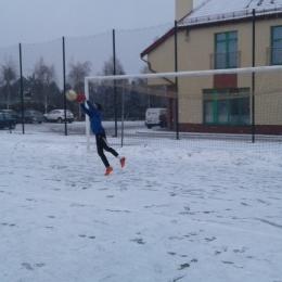 Śnieżna piłka nożna trampkarzy