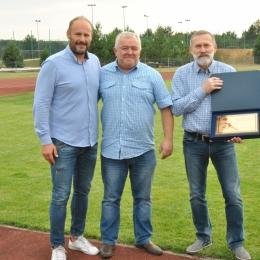 Wręczenie nagród za awans do Klasy A przez Wójta Jerzego Żurka