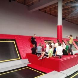 Trening orlików w parku trampolin