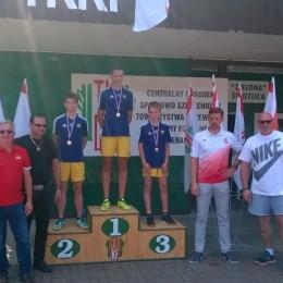 Polscy olimpijczycy wręczają medale trampkarzom GKS Dopiewo w Sierakowie