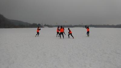 Poranne zabawy na śniegu podczas zgrupowania w Wałczu