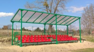 Nowa trybuna na boisku w Klewkach