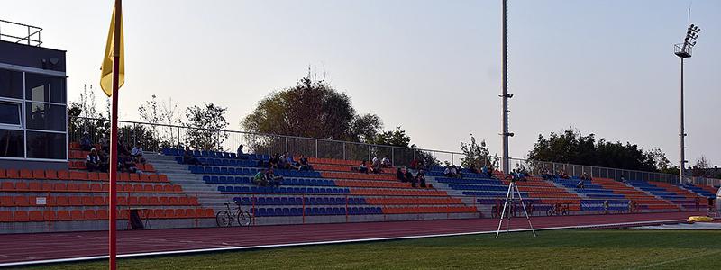 Stadion Sportowy im. Trenera Emila Wzorka - widok na trybunę główną