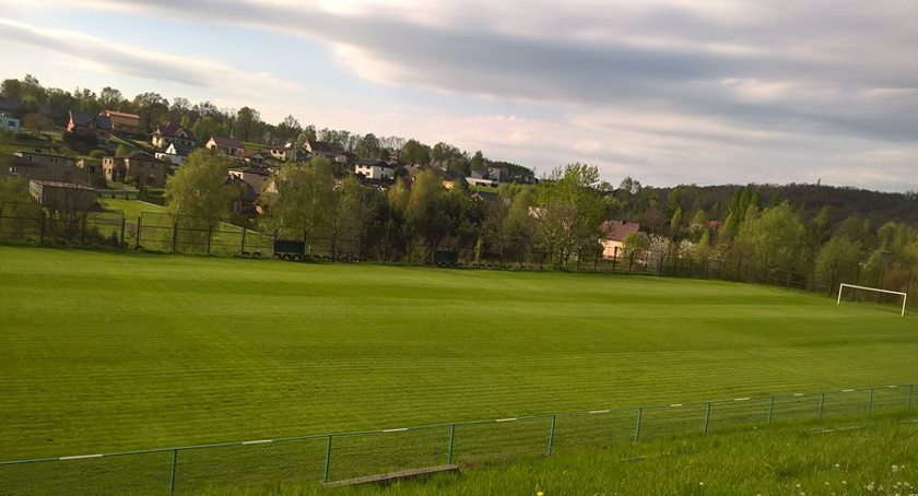 Boisko KS INTER Krostoszowice po renowacji w 2016 roku.